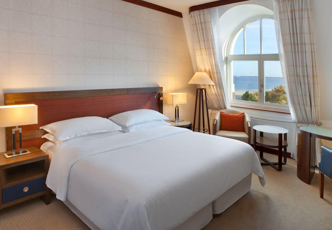 Pokój z dużym łóżkiem i widokiem na morze